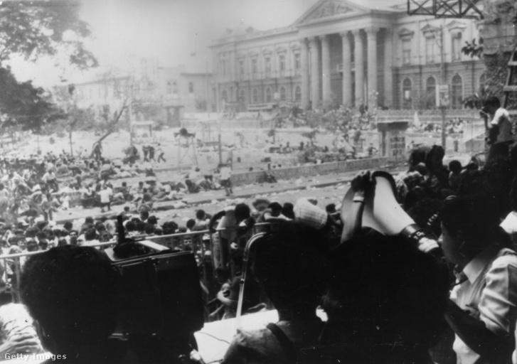 Oscar Romero temetése a katedrális lépcsőiről fotózva. A vérfürdőben 40 ember vesztette életét, és több százan megsebesültek.