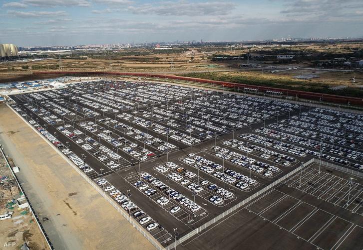 BMW autók a Shenyang-i BMW gyár telepén, Kína északkeleti Liaoning tartományában, 2018. október 11-én