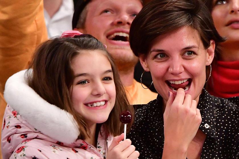 Suri Cruise talpig rózsaszínben - Friss fotón Katie Holmes nagylánya