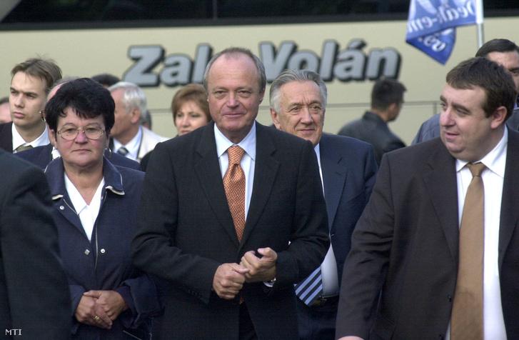 Medgyessy Péter és a kormány tagjai megérkeznek Deák szülőházának avatására balról Tamás Kálmánné Söjtör polgármestere. Söjtör 2003. október 18.