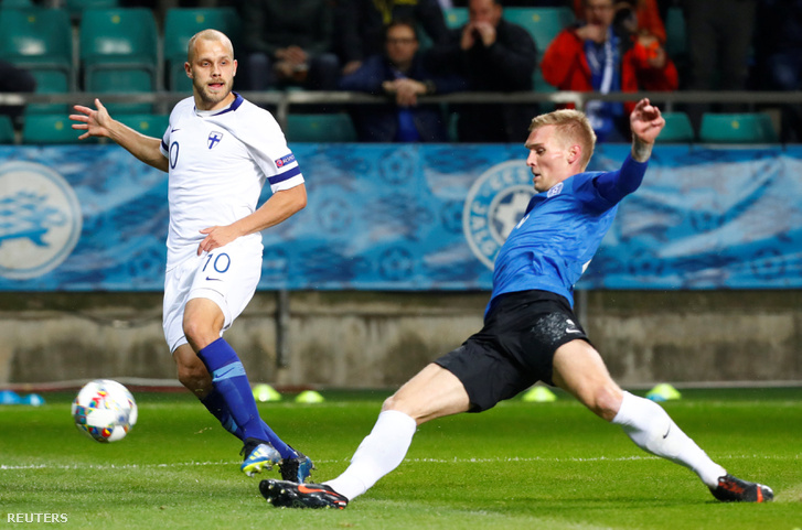Finnország játékosa Teemu Pukki és az Észt játékos Taijo Teniste az Észtország - Finnország mérkőzésen 2018. október 12-én.
