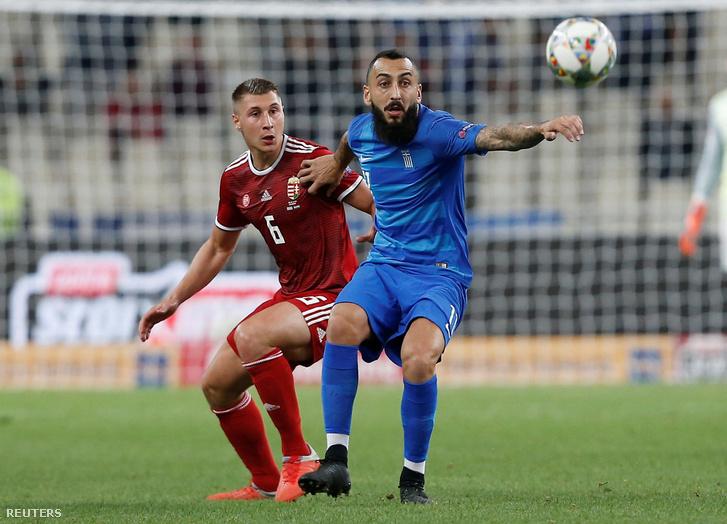 Görögország játékosa Kostas Mitroglou és Orbán Willi a Görögország - Magyarország mérkőzésen 2018. október 12-én.