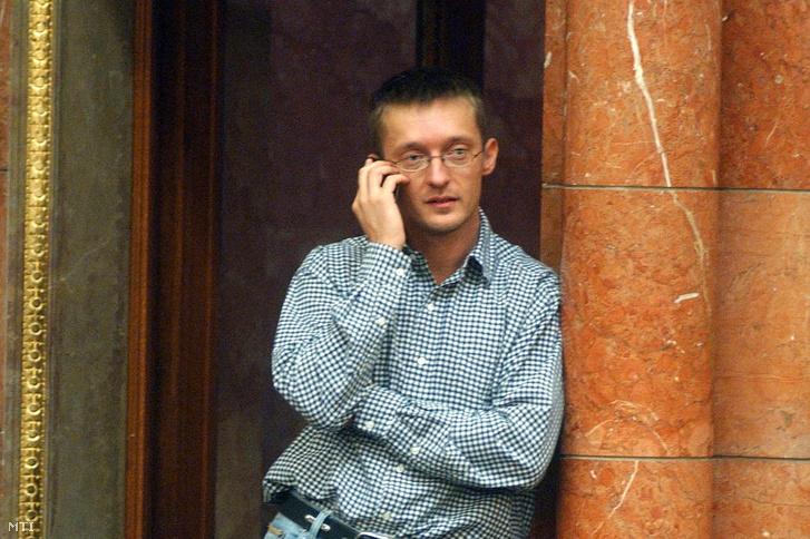 Rogán Antal a Fidesz - Magyar Polgári Szövetség frakcióvezető-helyettese az ülésteremben. Budapest 2003. november 4.