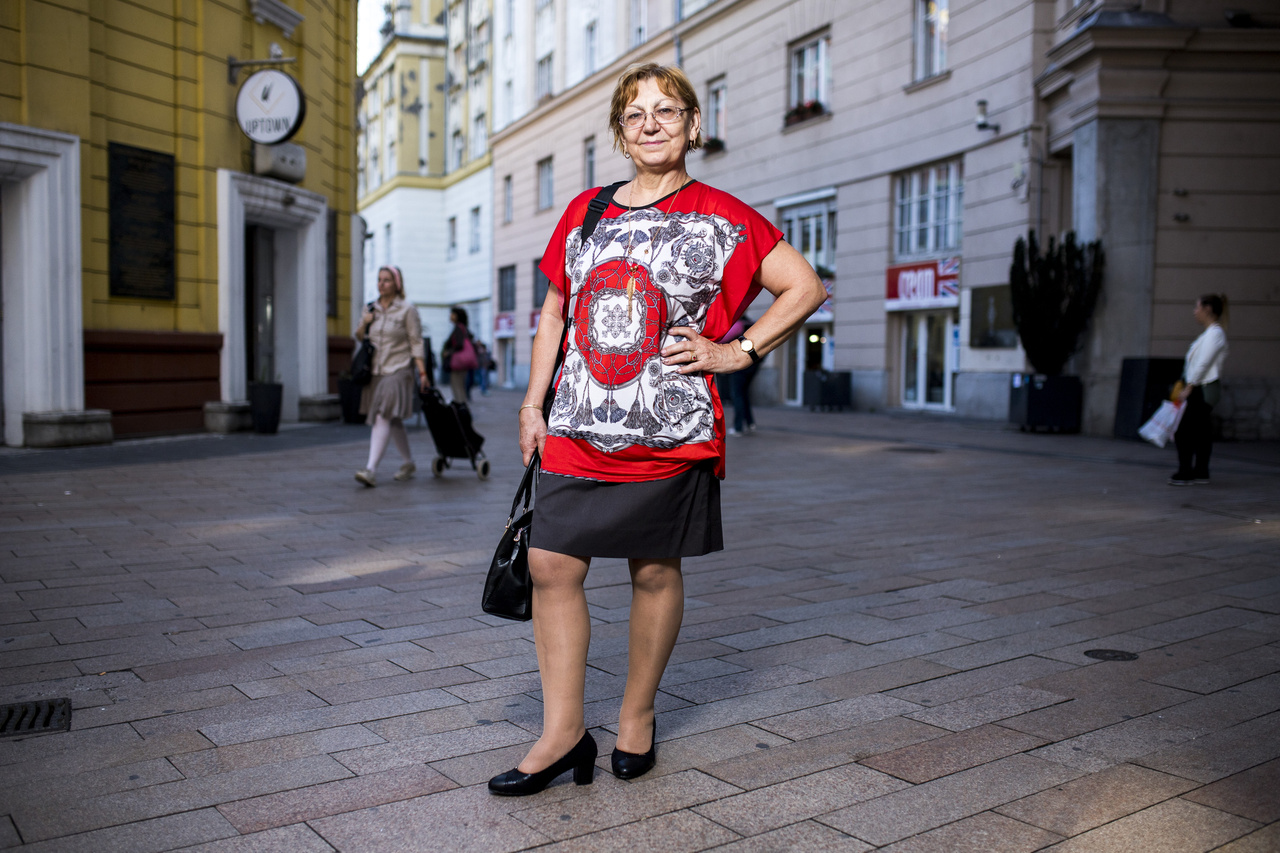 Margit. Nyugdíjas. Csak magassarkú cipőket hord. Szerinte a magas sarkútól nő a nő.