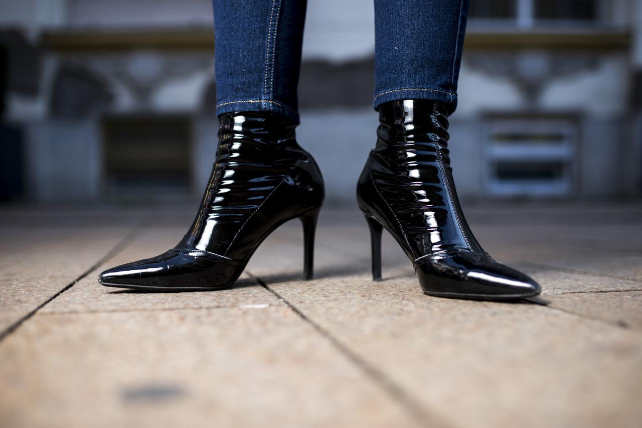 """Már régóta kiszúrta magának ezt a cipőt. """"Nagyon kényelmes, lesétáltam már benne 10 kilométert is és nem fájt a benne a lábam""""."""