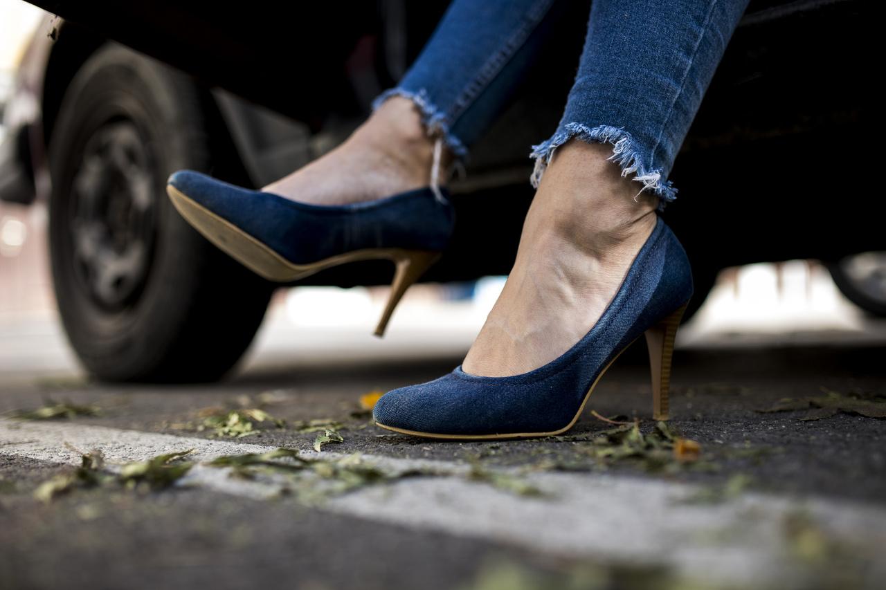 Ma azért döntött ez a cipő mellett, mert ez illett a ruházatához.