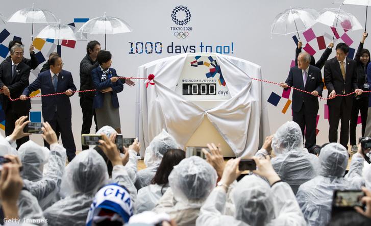 Japán olimpiai bizottság elnöke, Tsunekazu Takeda (b), Tokió 2020 vezérigazgatója, Toshiro Muto (balról 2.), Tokió mormányzója Yuriko Koike és Shunichi Suzuki Tokió 2020-as olimpiai és paralimpiai játékokért felelős Japán minisztere (jobbról 2.) leleplezik az olimpiai visszaszámlálót Tokióban 2017. október 27-én