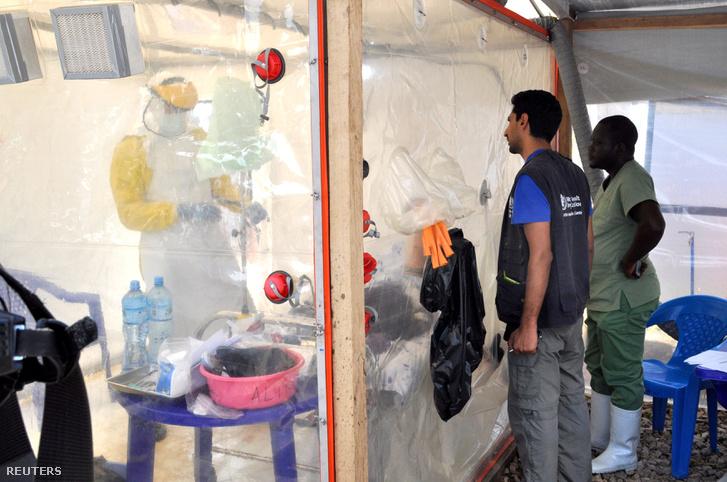 Egy ebolával fertőzött beteget lát el az ALIMA nemzetközi orvosi szervezetet egyik tagja egy elkülönítő sátorban az Észak-Kivu tartományban lévő Beni városban 2018. szeptember 8-án