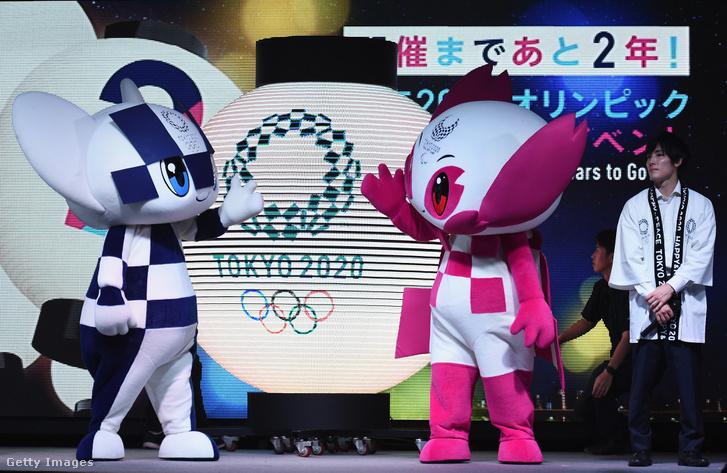 Tokyo 2020 kabalafigurái, Miraitowa (balra) és Someity (jobbra) a színpadon, a 2 év múlva megrendezésre kerülő Olimpiai játékok rendezvényén Tokióban, 2018. július 24-én.