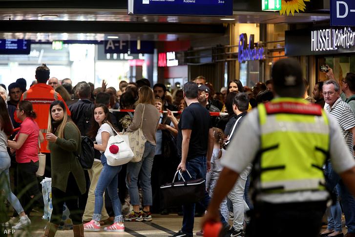 Utasok hagyják el a Központi állomást Kölben túszejtés miatt, 2018. október 15-én