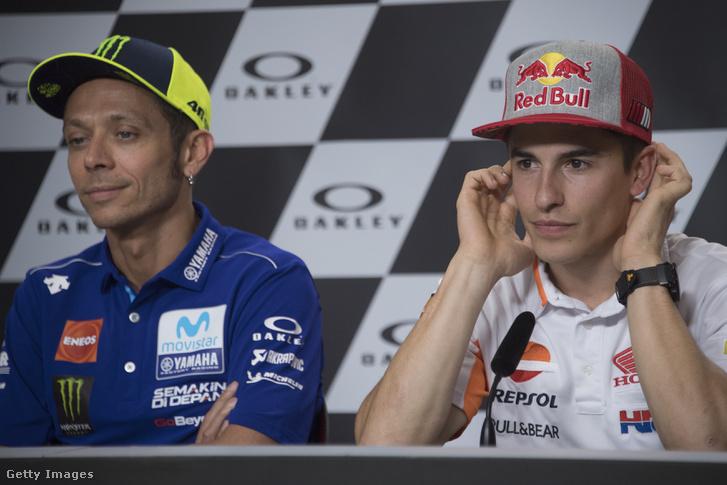 Valentino Rossi és Marc Márquez egymás mellett egy sajtótájékoztatón
