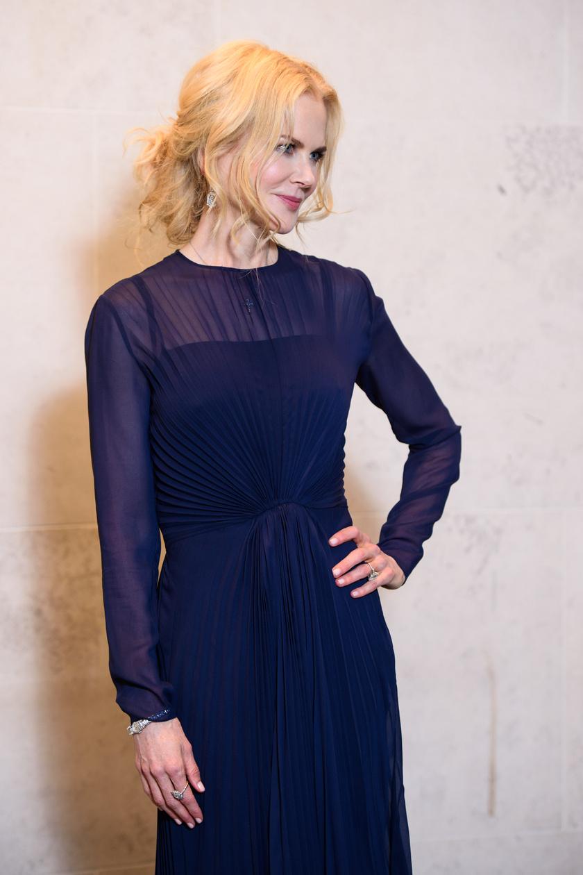 A Hatalmas kis hazugságok színésznője egy áttetsző, kék estélyit viselt a partin.