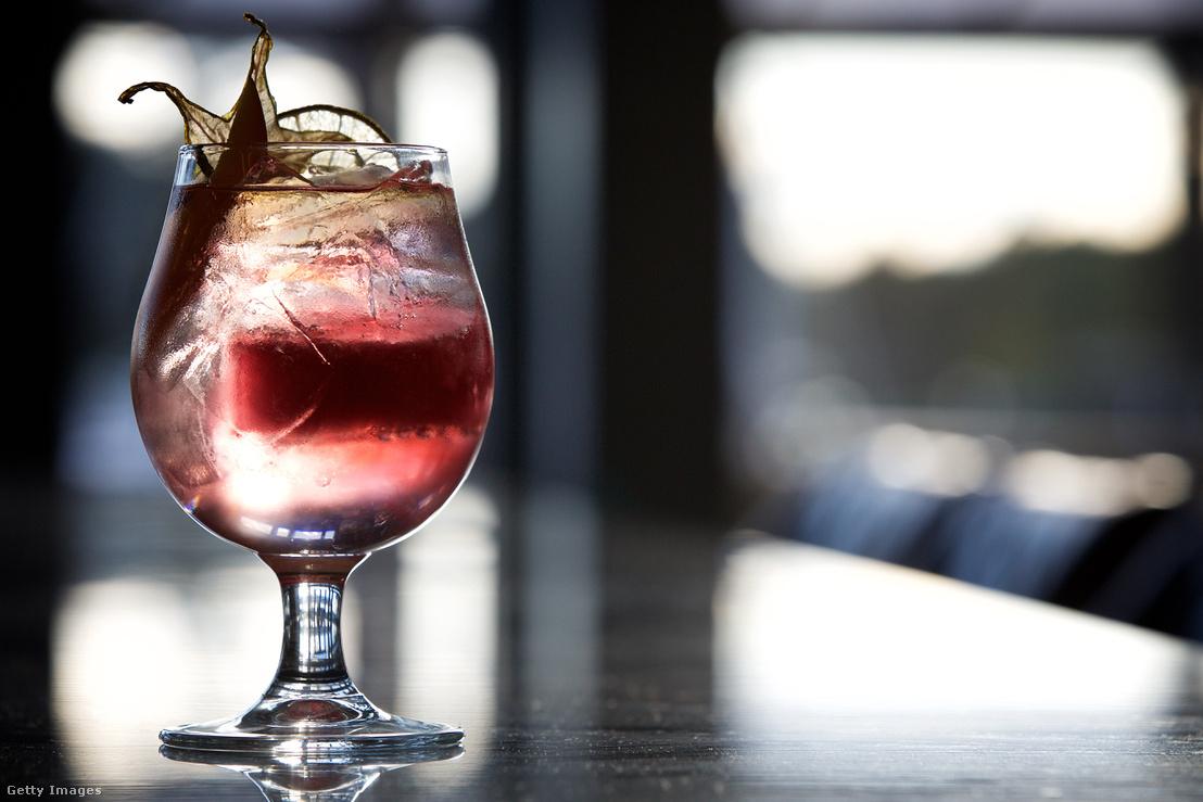 Gin Reggae koktél (Plymouth Gin, Fever-Tree Tonic, Caribbean fruit mango tea, Appleton's Jamaican Rum)