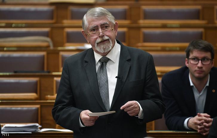 Kásler Miklós az emberi erőforrások minisztere azonnali kérdésre válaszol az Országgyűlés plenáris ülésén 2018. október 15-én.