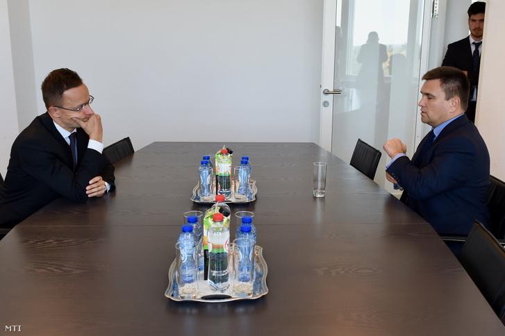 Szijjártó Péter külgazdasági és külügyminiszter és Pavlo Klimkin ukrán külügyminiszter az Európai Unió tagországainak külügyminiszteri tanácskozásán Luxembourgban 2018. október 15-én.