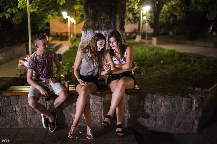 Kárpátaljai magyar fiatalok a Fradi parkban Beregszászon 2015. június 12-én.