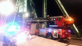 Lezárták a Szabadság-hidat, két embert próbálnak a tűzoltók lehozni