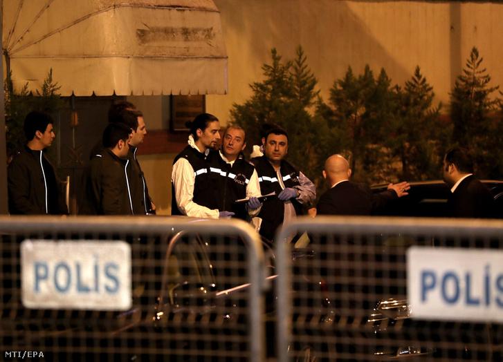 Szaúd-Arábia isztambuli főkonzulátusához érkeznek török rendőrök 2018. október 15-én. Szaúdi és török szakértők átvizsgálják a főkonzulátust, mert Dzsamál Hasogdzsi szaúd-arábiai ellenzéki újságíró sorsa azóta ismeretlen, hogy október 2-án bement a külképviseletre.