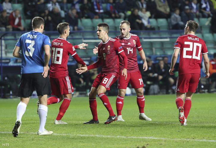 Nagy Dominik (b2) Nagy Ádámmal (b3), miután gólt rúgott a labdarúgó Nemzetek Ligájában játszott Észtország – Magyarország mérkőzésen a tallinni A. Le Coq Arénában 2018. október 15-én.