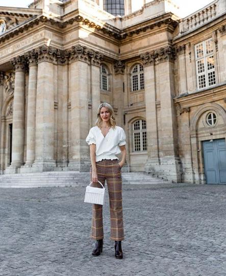 Marissa Cox szereti hordani a legújabb trendeket, ahogyan a párizsi nők is. De kizárólag úgy vesz fel egy-egy mintás darabot, hogy ne legyen zsúfolt az összhatás. A kockás nadrág fehér és fekete kiegészítőkkel a legjobb.