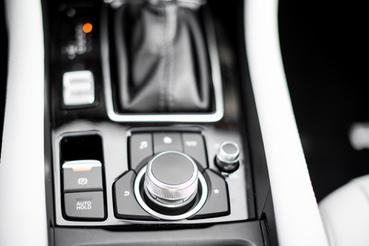 A Mazda i-Drive-ja: a gombokkal nincs baj, de az interfész egy katyvasz