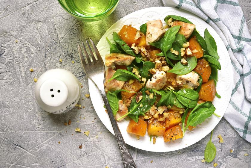 A sütőtök karotinoidokat, a spenót klorofillt, a dió omega-3 zsírsavat és fenolt tartalmaz, melyek csökkentik a gyulladást. Egy gyors, könnyű salátába kiválók, akár sült csirkehússal tálalva.