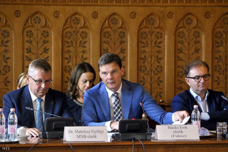 Matolcsy György, a Magyar Nemzeti Bank elnöke, Bánki Erik, a testület fideszes elnöke és Tóth Csaba szocialista alelnök (b-j) az Országgyűlés gazdasági bizottságának ülésén az Országházban 2018. október 9-én.