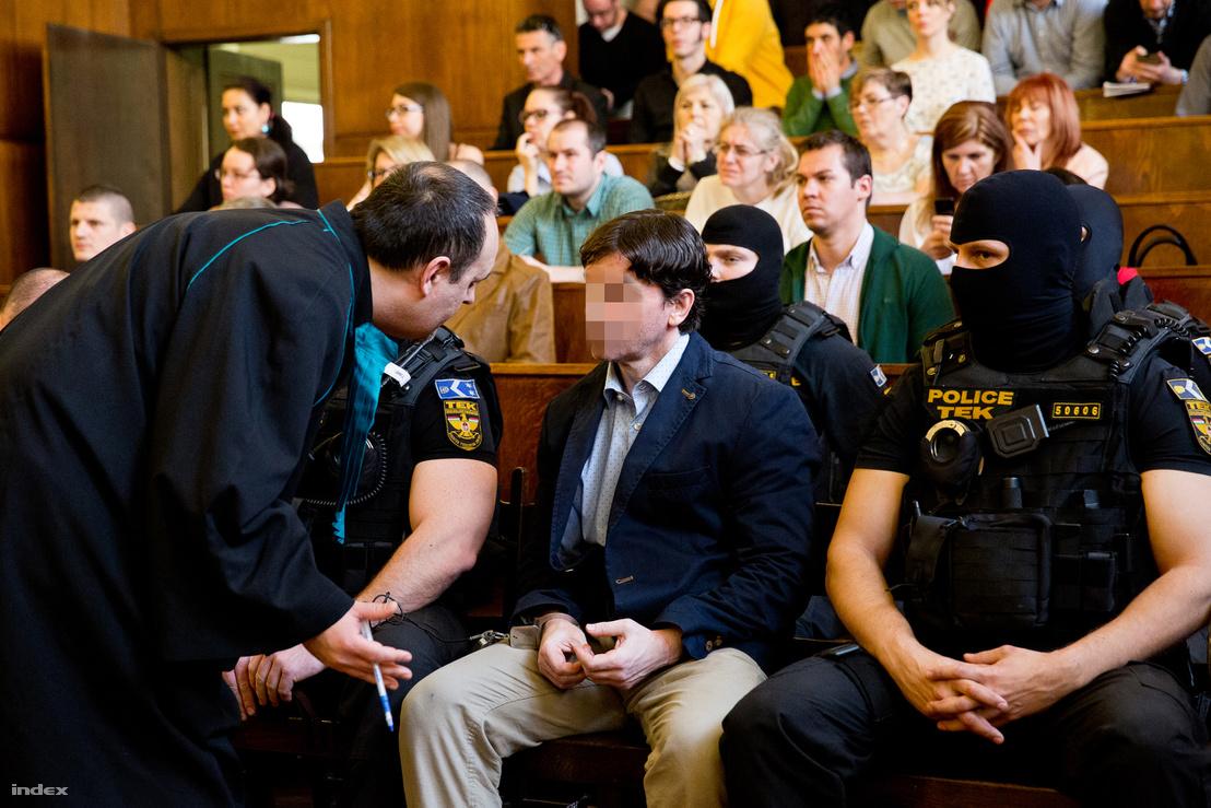 Portik Tamás a két évtizeddel ezelőtti Aranykéz utcai robbantás, valamint a Fenyő- és a Cinóber-gyilkosság összevont büntetőperének tárgyalásán a Fővárosi Törvényszék tárgyalótermében 2016. március 31-én.