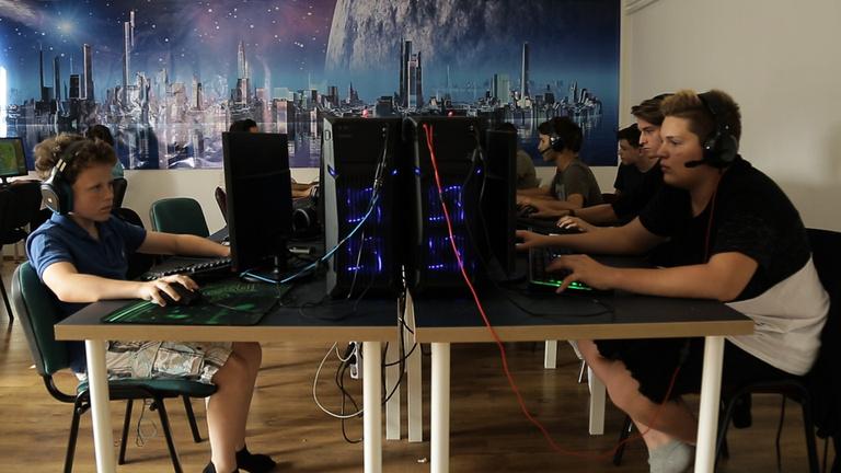 Van egy iskola, ahol az a dolgod, hogy számítógépen játszol