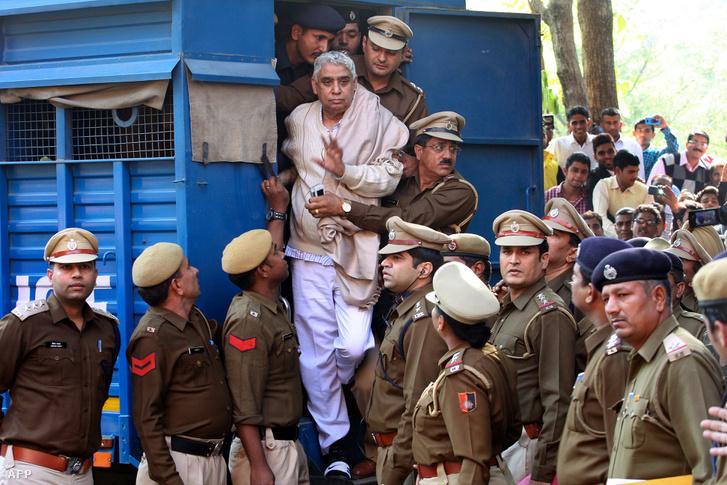 Az indiai guru Rampalt kísérik a rendőrök a Haryan Legfelsőbb Bíróságra 2014. november 20-án