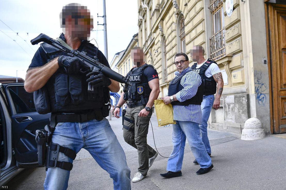 """L. Andrást, az 1990-es évek magyarországi szervezett bűnözésének """"Kisbandi"""" néven elhíresült alakját elvezetik az ellene és társai ellen indított büntetőper ítélethirdetése után a Debreceni Törvényszék épületéből 2017. július 7-én."""