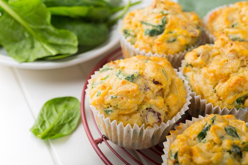 Egy házi sütésű spenótos-sajtos muffin remek tízórai lehet, mivel a spenót, mint leveles zöldség, sok magnéziumot tartalmaz: 100 gramm spenótban 58 mg van.