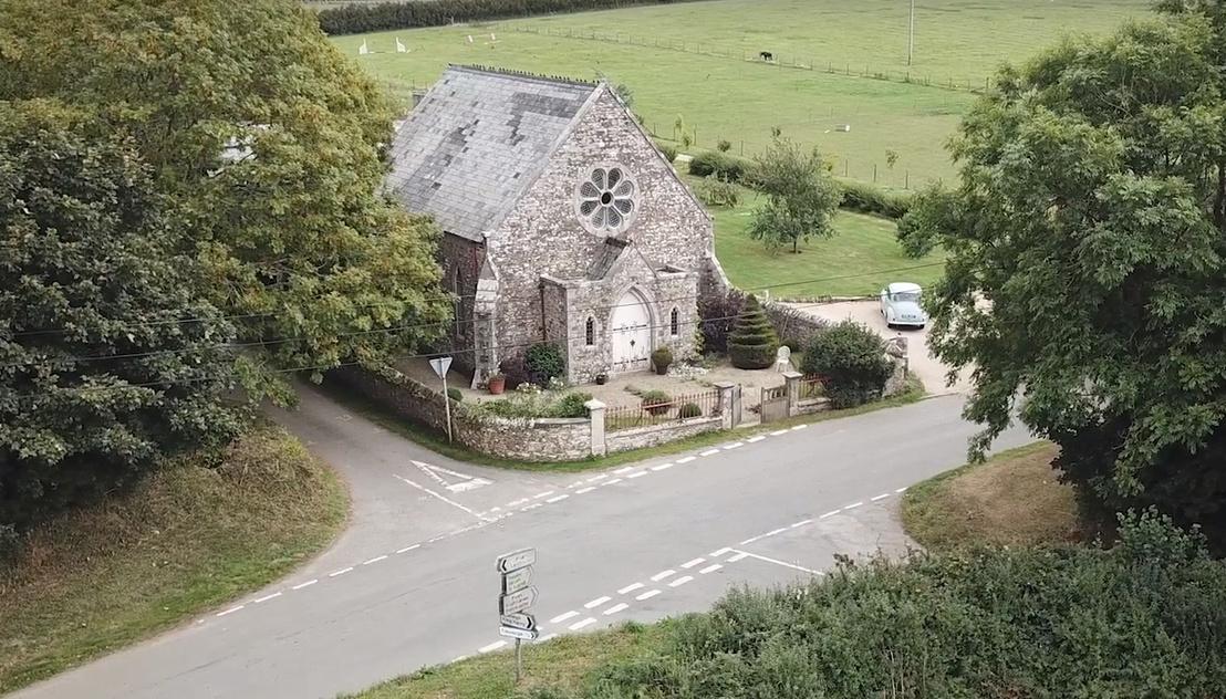 A falusi kápolna mellett lévő kereszteződés