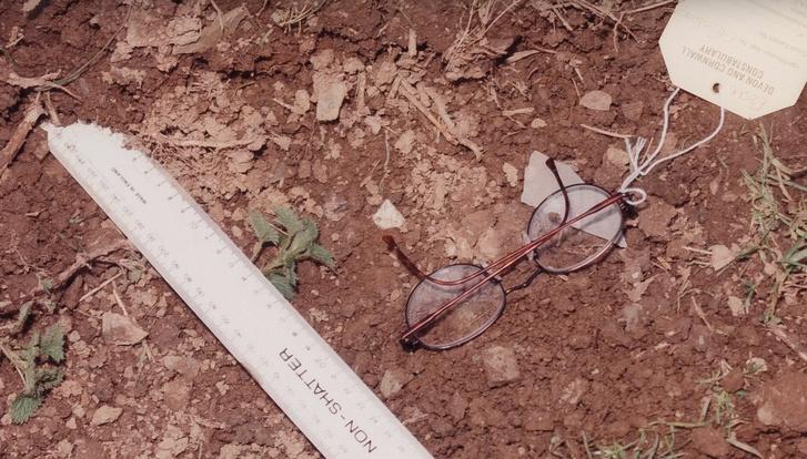 Lynt szemüvege a gyilkosság helyszínének bejáratánál