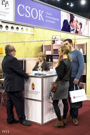 Az Emberi Erőforrások Minisztériumának a családi otthonteremtési kedvezményt (csok) népszerűsítő standja a 12. Esküvői Kiállításon a Papp László Budapest Sportarénában 2016. január 30-án.