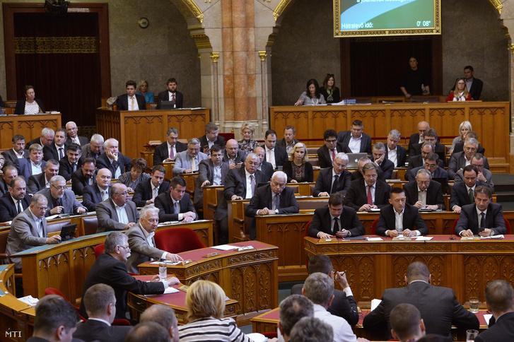 A Fidesz-frakció képviselõi szavaznak a lakás-takarékpénztárak állami támogatásának kivezetésérõl szóló javaslatról az Országgyûlés plenáris ülésén 2018. október 16-án.