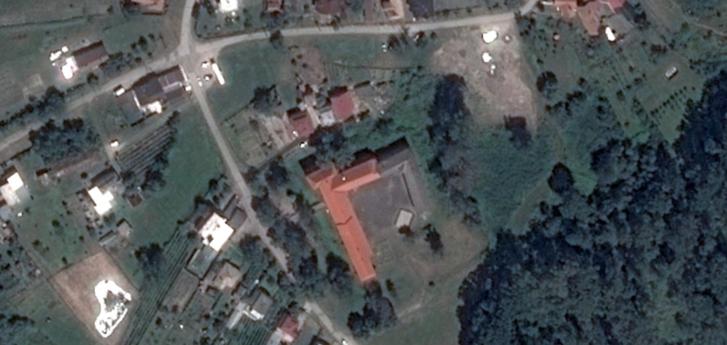 A dél felé nyitott U alakú épület a kastély. A piros színű cseréppel fedett rész a történelmi, a szürkés tetejű szárny a negyvenes években épült. Azóta mindkét részről lekapták a tetőt