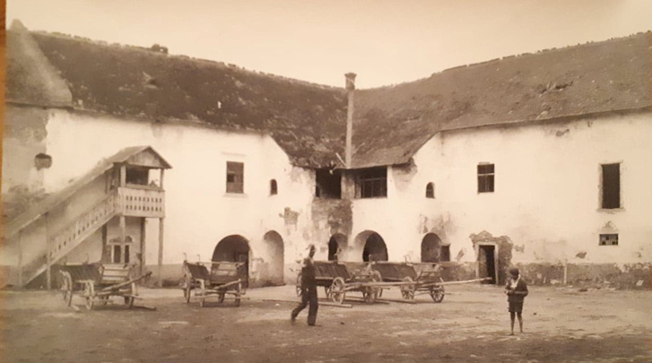 A kastély udvara a Lux-féle átalakítás előtt. A reneszánsz ablakok ugyan ekkorra már eltűntek, de nem volt még meg a kétszintes tornác, ami utána az épület legjellegzetesebb eleme lett