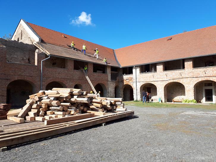 A kastély udvara nagyjából ugyanabból a szögből fotózva szeptemberben. Itt már megkezdték a tető bontását. A kétszintes ámbitus alsó része marad, a felsőt fagerendákra cserélik