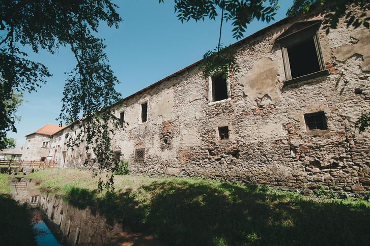 Timpanonos reneszánsz ablakkeretek a rekonstrukció előtt (2018 nyarán)