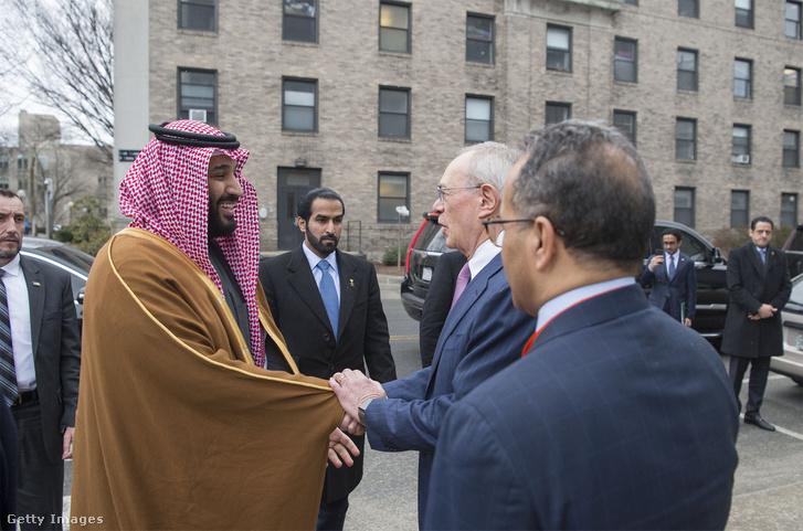 Mohamed bin Szalmán Bostonban 2018. március 25-én. A háttérben (jobbra fent) Maher Abdulaziz Mutreb, az egyik gyanúsított