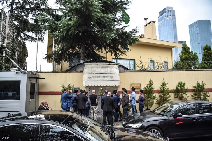 a török törvényszéki rendőrséget és vizsgálati küldöttséget megelőzve A a szaúdi vizsgálati küldöttség belép az isztambuli konzulátusra 2018. október 15-én