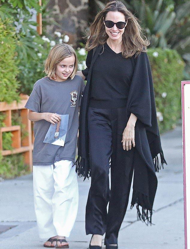 Angelina Jolie láthatóan nagyon büszke a lányára.