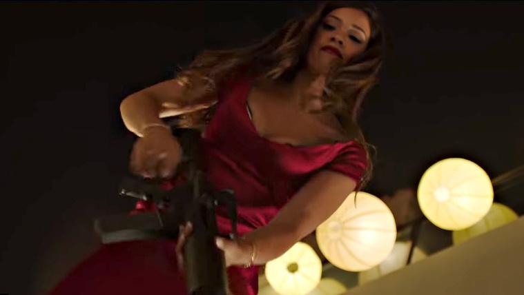 Gépfegyvert ad egy szépségkirálynő kezébe az Alkonyat rendezője