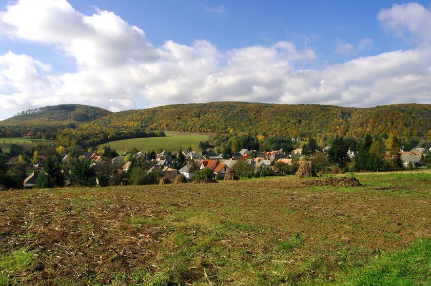 A gyönyörű falu a Bakony hegyeinek ölelésében fekszik, a Gerence-patak völgyében, páratlan természeti adottságokkal.