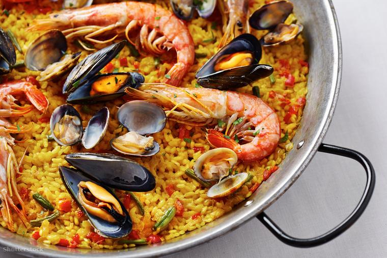 Nincs spanyol vakáció paella nélkül! Ezt a rizsételt különféleképpen készítik el, mi a tenger gyümölcseivel készült verzióját ajánljuk, de megkóstolhatod akár nyúlhússal is