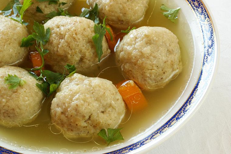 A maceszből és tojásból készült maceszgombóc Izraelben általában a Pészah, a zsidó húsvét idején kerül az asztalra