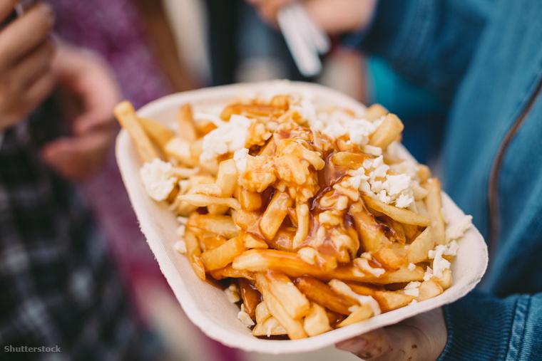 Kanada jellegzetes étele a poutine, amit mi bármikor magunk elé tudnánk venni: egy gyors ebédnél, az esti filmezésnél vagy csak futtában