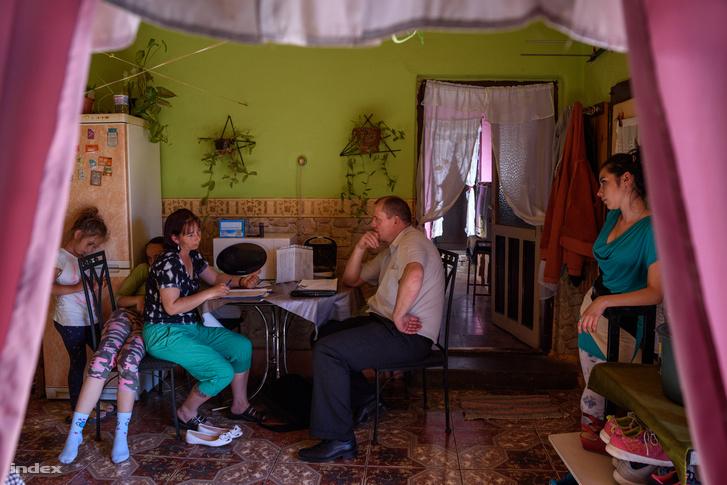 Molnár Gál Béla egy hátrányos helyzetű családot látogat meg Balajton