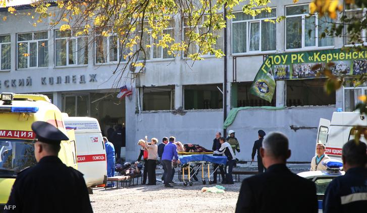 Sebesültet tesznek mentőautóba Kercsben 2018. október 17-én, miután házi készítésű pokolgép robbant a Krím félszigeten fekvő város műszaki főiskoláján.